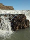 Detalj av den Gullfoss vattenfallet i Island, vatten som applåderar på vagga royaltyfri bild