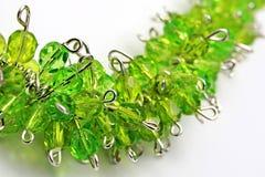 Detalj av den handcrafted växten som halsbandet från ädelstenar för silversmyckentråd och för grönt exponeringsglas Arkivfoton