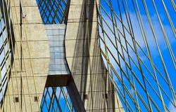 Detalj av den kabel blivna bron i São Paulo Royaltyfri Bild