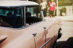 Detalj av den klassiska amerikanska bilen Dörrsikt Arkivfoto