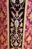 Detalj av den kyrkliga vestmenten Royaltyfri Bild