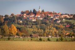 Detalj av den lilla staden Velesin, tjeckiskt landskap för höst arkivfoto