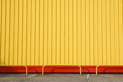 Detalj av den ljusa byggnadsfasaden för gul metall För bakgrund fotografering för bildbyråer