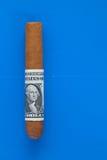 Detalj av den lyxiga kubanska cigarren med US dollar Arkivbilder