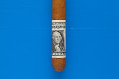 Detalj av den lyxiga kubanska cigarren med US dollar Royaltyfri Foto