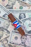Detalj av den lyxiga kubanska cigarren på US dollar Royaltyfria Foton