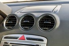 Detalj av den nya moderna bilinre, fokus på uppvärmningventilation royaltyfri fotografi