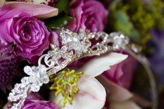 Detalj av den silvertiaran eller diademen med dekorativa blommor Fotografering för Bildbyråer