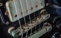 Detalj av den smutsiga gamla elektriska gitarren Arkivfoton
