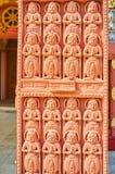 Detalj av den sned toranaporten, Sitagu internationell buddistisk akademi, Sagaing, Myanmar royaltyfria foton