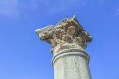 Detalj av den stående kolonnen för Corinthianbeställning på den forntida marknadsplatsen på den grekKos ön Arkivfoto
