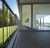 Detalj av den tomma moderna lägenheten, fönstret och balkongen royaltyfri foto