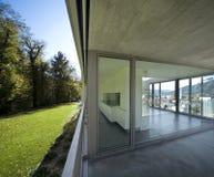 Detalj av den tomma moderna lägenheten, fönstret och balkongen royaltyfria foton