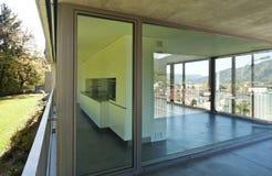 Detalj av den tomma moderna lägenheten, fönstret och balkongen royaltyfri fotografi