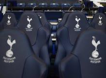 Detalj av den Tottenham Hotspur ersättningsbänken Arkivbild