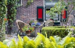 Detalj av den typiska holländska sommarterrassen Arkivfoto