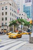 Detalj av den västra 49th gatan för 5th aveny i Manhattan med skrän Royaltyfri Bild