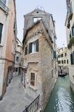 Detalj av den Venedig kanalen och Calle Arkivfoto