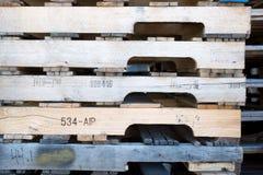 Detalj av den wood paletten för materiel under solljus Arkivbilder