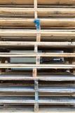 Detalj av den wood paletten för materiel under solljus Royaltyfri Bild