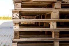 Detalj av den wood paletten för materiel under solljus Royaltyfri Fotografi