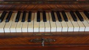 Detalj av det antika pianotangentbordet Arkivfoton