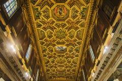 Detalj av det dekorerade trätaket av kyrkan av Santa Maria i Trastevere i Rome fotografering för bildbyråer