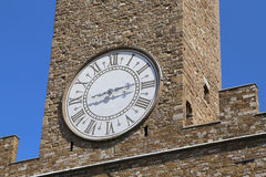 Detalj av det forntida klockatornet av den gamla slotten i Florence Italy Royaltyfri Foto