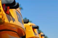 Detalj av det främre bästa avsnittet av gula skolbussar royaltyfri bild