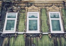 Detalj av det gamla trähuset i Tomsk royaltyfria foton