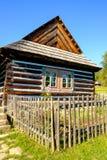 Detalj av det gamla traditionella trähuset i Slovakien, östligt euro Royaltyfria Foton