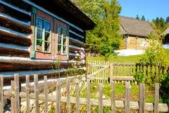 Detalj av det gamla traditionella trähuset i Slovakien, östligt euro Arkivfoto