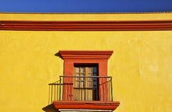 Detalj av det gula mexicanska koloniala huset Arkivfoton