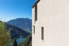 Detalj av det minsta moderna huset i naturen arkivbilder