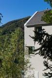 Detalj av det minsta moderna huset i naturen royaltyfri bild