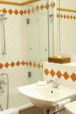 Detalj av det moderna badrummet Arkivbilder