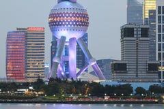 Detalj av det orientaliska pärlemorfärg tornet av Shanghai på natten Royaltyfria Bilder