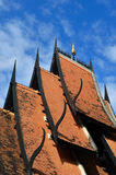 Detalj av det ornately dekorerade tempeltaket i Chiang Rai Royaltyfri Foto