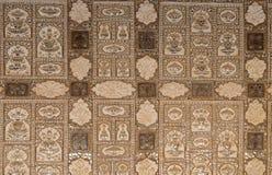 Detalj av det spegelförsedda taket i spegelslotten på Amber Fort i Jaipur royaltyfria bilder