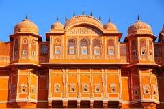 Detalj av det traditionella huset i Jaipur, Rajasthan, Indien royaltyfria bilder