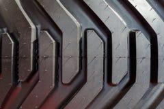Detalj av det tunga traktorhjulet och gummihjulet Nära övre för däckmönster royaltyfri fotografi