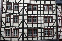 Detalj av det typisk halva timrade huset Arkivfoto