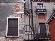 Detalj av det typiska gamla smula huset i venice med Royaltyfri Bild