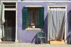 Detalj av det violetta huset av Burano royaltyfria foton