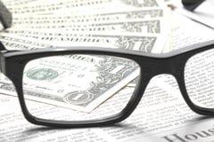 Detalj av dollar på affärstidningen Arkivfoton