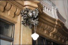 Detalj av Dragon Bronze Lamp på farstun som inspireras i helvete av den Barolo slotten - Buenos Aires, Argentina royaltyfri foto