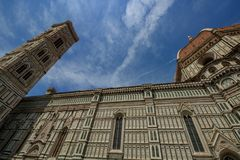 Detalj av duomoen Santa Maria del Fiore och Baptistery av San Giovanni, i Firenze royaltyfria bilder