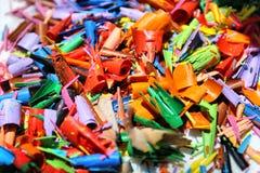Detalj av en abstrakt bild av en hög eller hög av kulöra shavings eller rest av kulöra blyertspennor arkivfoto