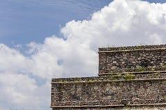 Detalj av en av de Teotihuacan pyramiderna i Mexico Arkivbilder