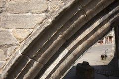 Detalj av en båge på Treenighetbron, trevägsston för 14th århundrade Royaltyfri Bild